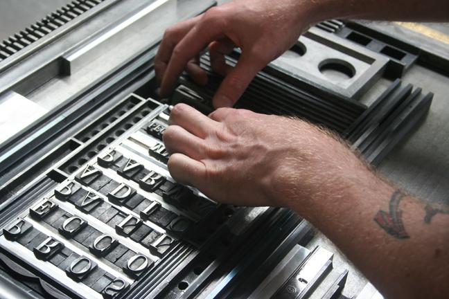 David Wolske adjusting type for Dennis Ichiyama's keepsake (2013). Photograph by Paul Shaw.