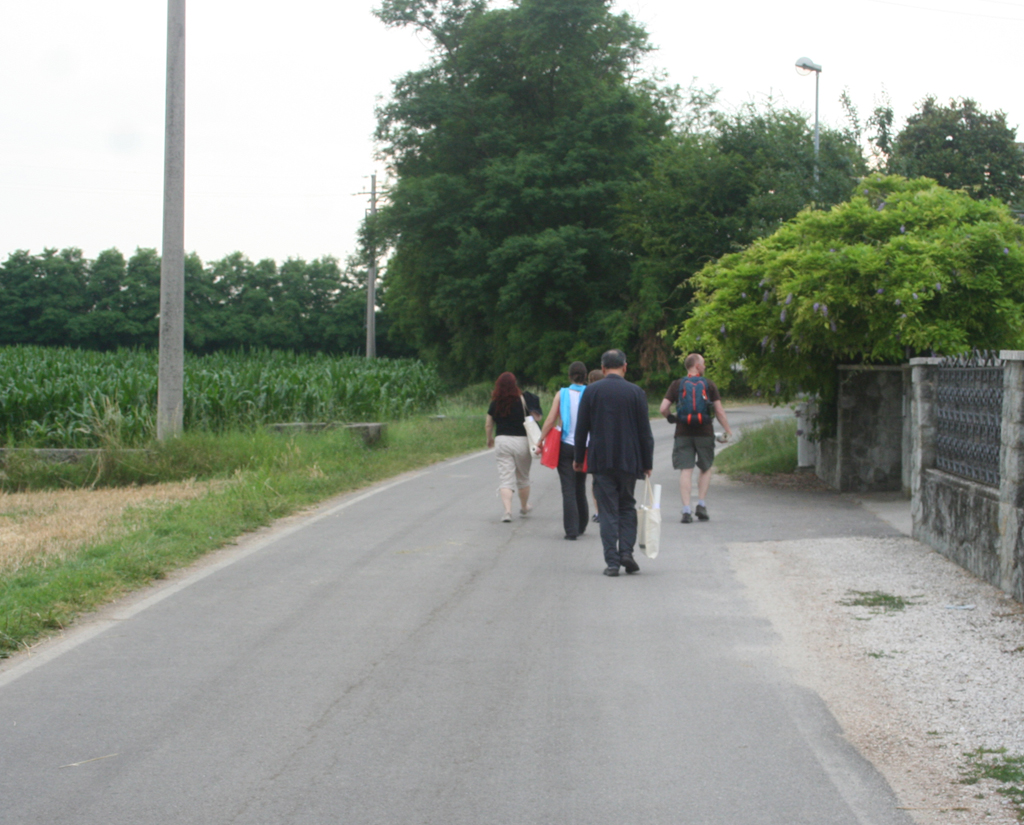 Legacy of Letter participants walking back to the Villa Bolzonello from the Tipoteca. From left to right: Photograph by Paul Shaw, 2013.