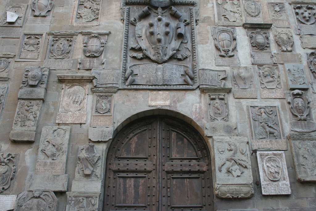 Coats-of-Arms on the facade of the Palazzo della Biblioteca di Arezzo.