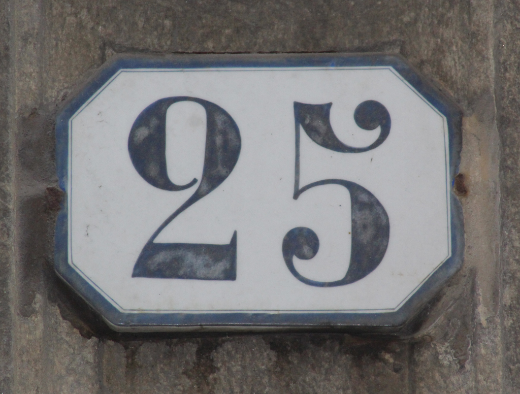 House number in Torino. Photograph by Paul Shaw (2017).